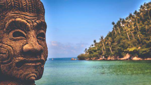 תמונה של פסל של בודהה על קו החוף בקופנגן