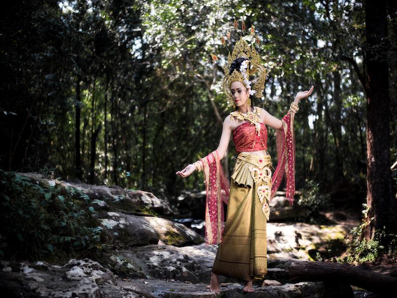 תמונת תאילנדית הלובשת שמלה מסורתית בריקוד תאילנדי קלאסי
